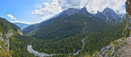 Paesaggio sulle Dolomiti di Brenta in un bel pomeriggio d'estate con le nubi sopra le righe, Trentino - Italia Archivio Fotografico