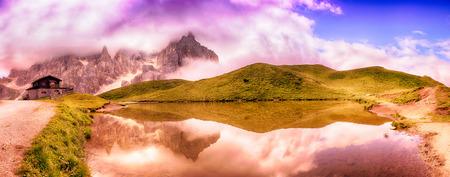 Piccolo lago e una vista panoramica delle Pale di San Martino, Dolomiti - Italia Archivio Fotografico