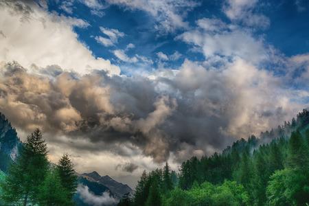 formazione Temporale sopra le montagne, cielo drammatico della stagione estiva