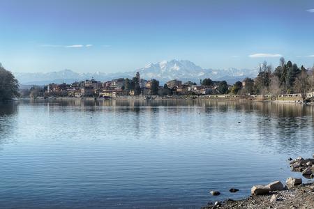 Fiume Ticino e ghiacciaio del Monte Rosa visto da Sesto Calende in un bel pomeriggio di primavera.