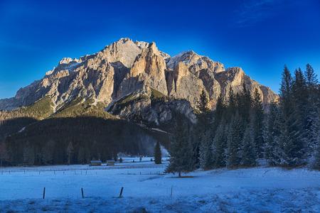 Paesaggio sulla Dolomiti dell'Alta Badia in una bella inverno mornong con luce di sole sopra le righe, Trentino-Alto Adige, Italia Archivio Fotografico