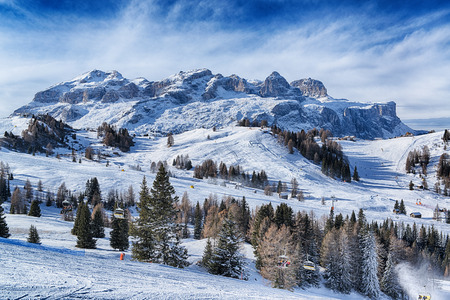 Paesaggio delle Alpi italiane in una mattina d'inverno con le nubi all'orizzonte, Dolomiti Alta Badia