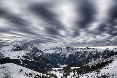 Paesaggio delle Alpi italiane in una mattina d'inverno con incredibile cielo nuvoloso, Dolomiti - Italia Archivio Fotografico