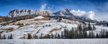 Paesaggio sulla Dolomiti dell'Alta Badia con la prima neve della stagione invernale, Trentino-Alto Adige - Italia