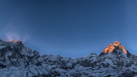 Ultimi raggi di sole sulla cima del Monte Cervino in inverno, Valle d'Aosta - Italia