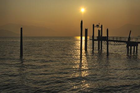 Pier al tramonto sul Lago Maggiore in una splendida gara con le montagne all'orizzonte