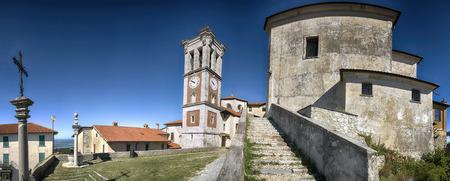 Piazza della chiesa, Sacro Monte di Varese in estate limpida mattina con cielo blu sullo sfondo