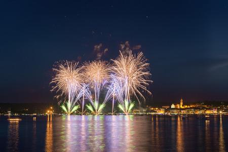 Fuochi d'artificio sul lungolago di Arona in una notte di festa d'estate visto da Angera, Maggiore Lake-Piemonte