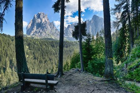Banco e belle montagne panorama del Gruppo del Sassolungo, Dolomiti - Trentino-Alto Adige, Italia