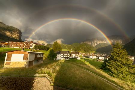 Arcobaleno dopo la tempesta sulla Selva di Val Gardena in una fine estate della giornata, Trentino-Alto Adige - Italia