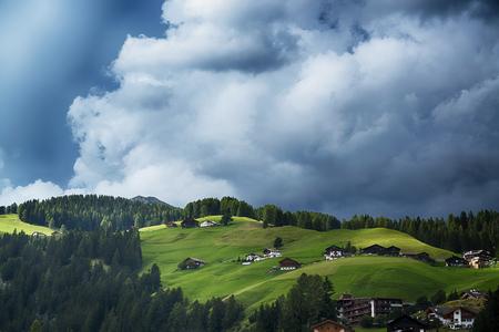 formazione Temporale sulle verdi colline e boschi delle Dolomiti, Trentino-Alto Adige - Italia