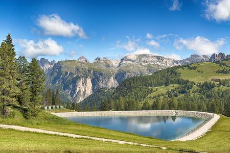 lago artificiale in montagna con il cielo blu sullo sfondo nella stagione estiva