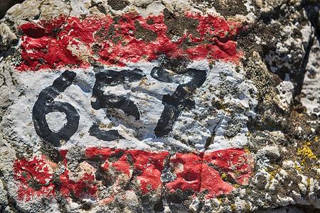 segno del percorso di montagna disegnato sulla roccia