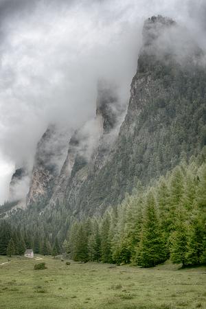 valle verde e le nuvole sopra la parte superiore delle montagne di Vallunga in un giorno d'estate piovosa, Alpi italiane