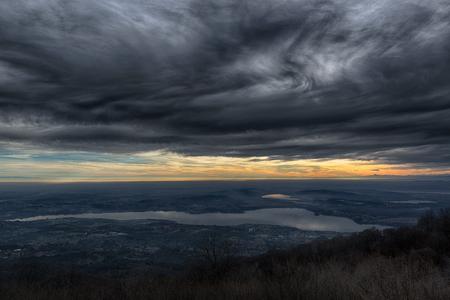 Cielo drammatico al tramonto sul lago di Varese, la stagione delle piogge - Lombardia, Italia Archivio Fotografico
