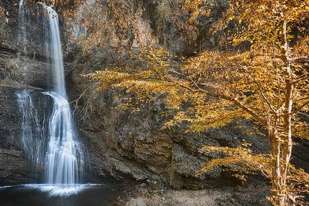 Cascata Fermona, stagione autunnale nella foresta con i colori caldi di alberi