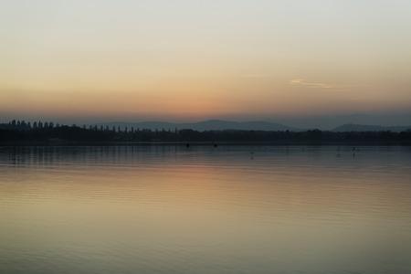 colori pastello al tramonto sul lago di Varese Archivio Fotografico