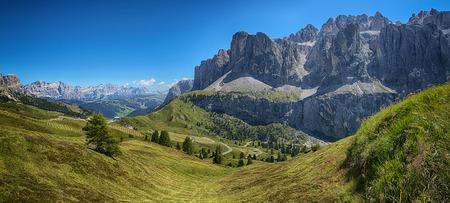 Vista panoramica dal Dantercepies sul Gruppo del Sella e montagne dell'Alta Badia, Dolomiti - Trentino-Alto Adige, Italia
