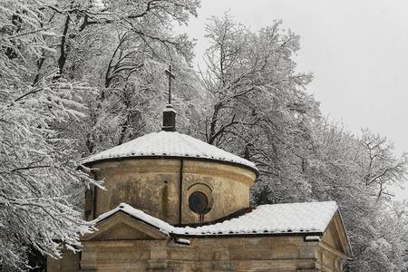 Una cappella sotto la neve con sfondo della foresta, Sacro Monte di Varese