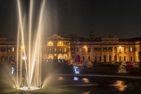 Fontana in primo piano e luci di Natale nei giardini pubblici di Varese