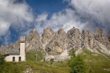 Little Church al Passo Gardena con montagne di Cir gruppo sullo sfondo, Dolomiti Archivio Fotografico