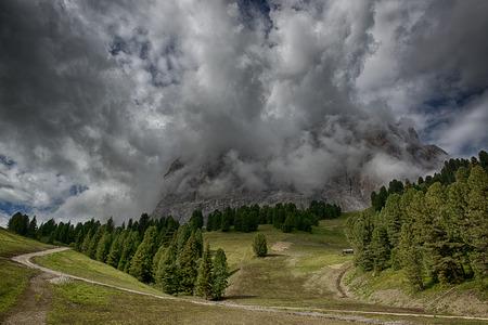 Nubi di tempesta sopra la cima delle montagne in una stagione estiva, Dolomiti Archivio Fotografico