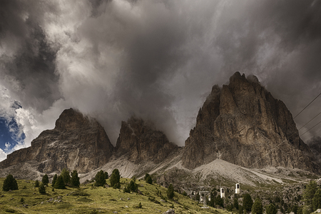 Thunderstorm formation over the top of Sassolungo seen from Sella Pass in a summer afternoon of august Archivio Fotografico