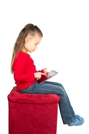 화이트에 고립 된 태블릿 컴퓨터와 어린 소녀의 초상화