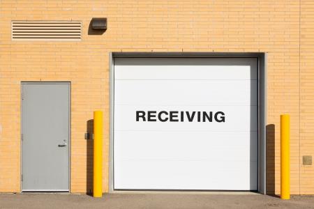 Quai de chargement avec un mot «recevoir» sur une porte blanche Banque d'images