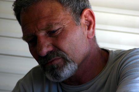 sad man: Sad Hombre con pelo gris y Goatie-Retrato