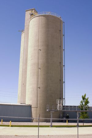Silo behind fences with clear blue skies Stockfoto