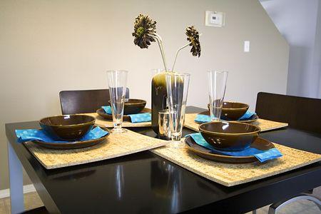 designers interior: Primopiano di installazione su un tavolo da pranzo in una cucina
