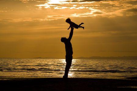 AndSson del padre en la playa - shot de silueta Foto de archivo - 6445726