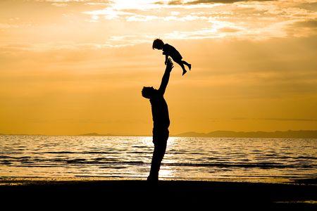 padre e hijo: AndSson del padre en la playa - shot de silueta