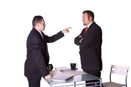 Empresarios en una Oficina de lucha contra y señalando Fingers en entre sí - fondo aislado