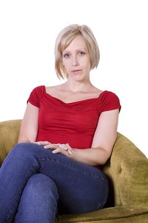 Vrouw zitten op een stoel met witte achtergrond