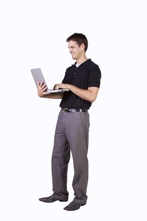 Isoalted 젊은 사업가 서있는 동안 노트북에서 작동