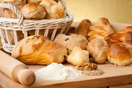 canasta de pan: Canasta de diferentes tipos de gourmet brerad con semillas de sésamo harina y las nueces