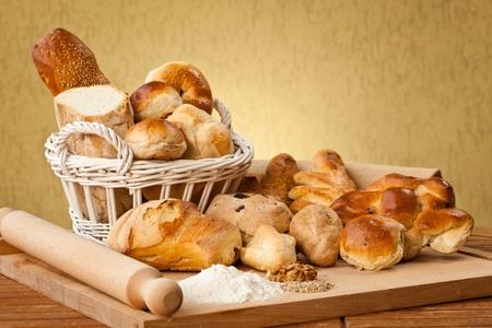 Panier de différents types de gourmet brerad avec de la farine, les graines de sésame et les noix