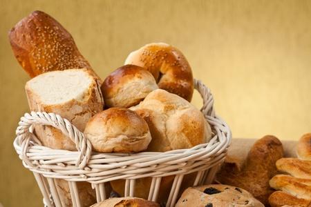 canasta de panes: Canasta de diferentes tipos de gourmet brerad con semillas de sésamo harina y las nueces