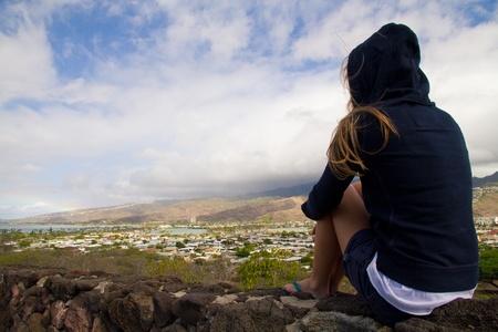 bewonderen: Blond meisje staren Diamond Head uitzicht dragen van een capuchon