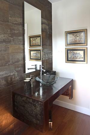 noone: Visualizzazione di una toilette attraverso una porta