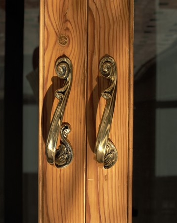 clave: View of metallic handles of a door