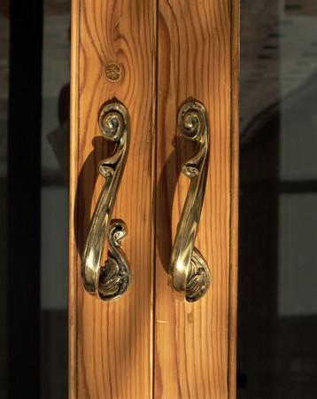 clave: View of metallic handles of a door