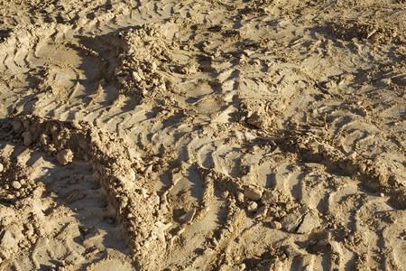 traces pneus: Pistes de pneus sur un terrain boueux