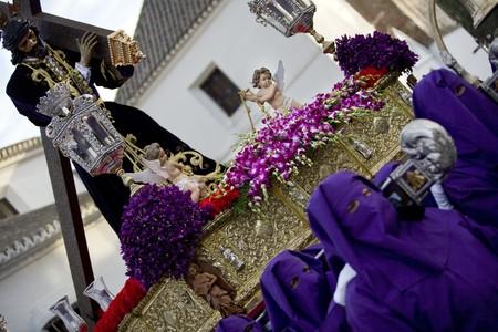 male likeness: Grupo de personas llevar a cabo un palanqu�n durante Semana Santa, Mijas, provincia de M�laga, Andaluc�a, Espa�a