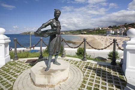 male likeness: Estatua con una playa en el fondo, Comillas, Santander, Cantabria, Espa�a  Foto de archivo