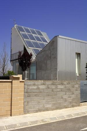 cobradores: Vista de un panel solar en un edificio industrial