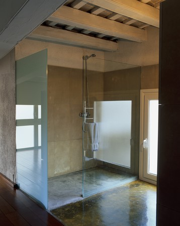 showers: View of a clean bathroom
