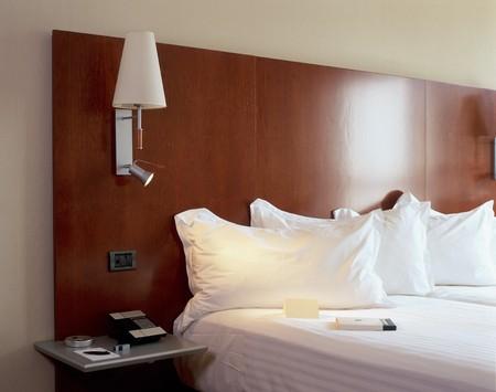 bedside: Vista de un confortable dormitorio